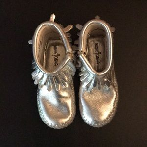 Silver Minnetonka Moccasin Aria Boots Size 6